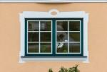 Internorm Fenster mit grünem Rahmen und weißem Flügel