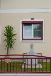 Internorm Fenster mit weißem Flügel, rotem Rahmen und Vorsatzrollladen